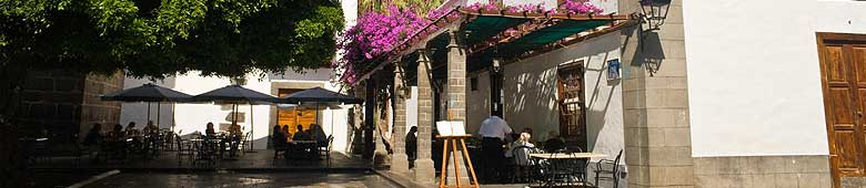 Small cafés on the plaza of Los Llanos invite you to relax